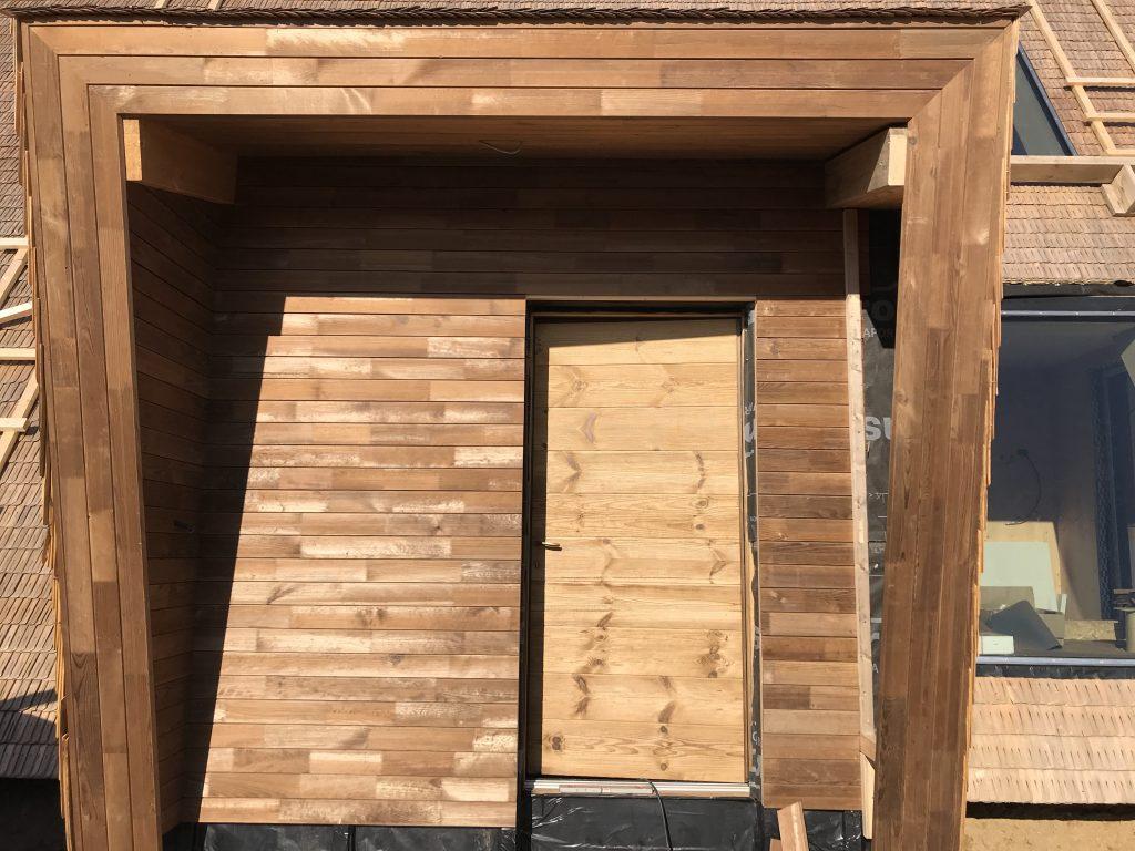 Ușa de la intrare, la fel ca tot restul casei, este placată cu pin termotratat