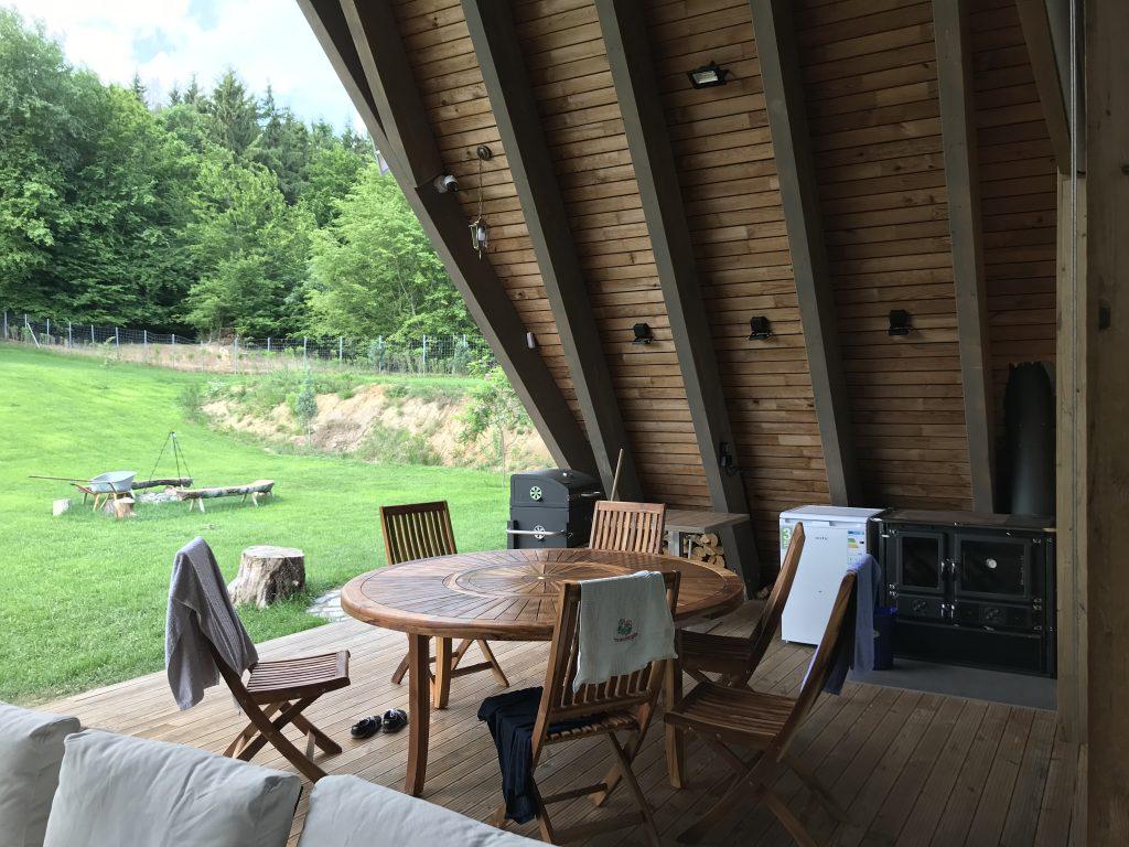 Terasa de 50 mp este acoperită, oferind umbră și răcoare vara, la fel ca pădurea