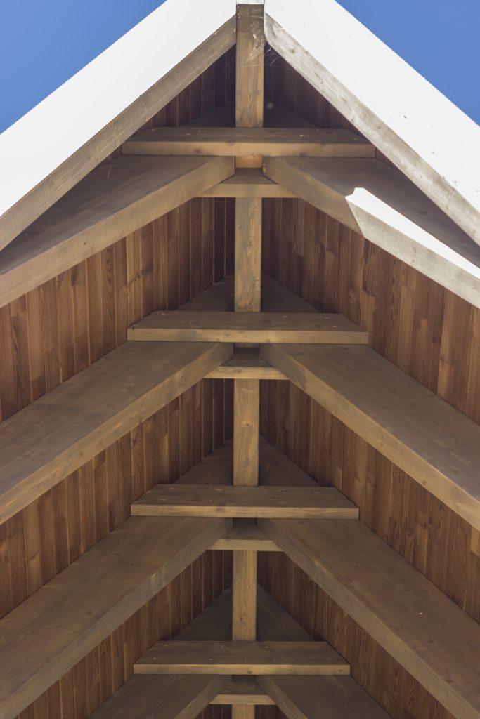 Conceptul, o cabană A-frame inscrisă într-un triunghi echilateral, a fost dificil de proiectat și executat. Uneori se întâlneau 5 bucăți de CLT în același loc, dar am reușit cu sub 10mm toleranță să realizăm lucrarea, iar toată structura a rămas aparentă pe interior.