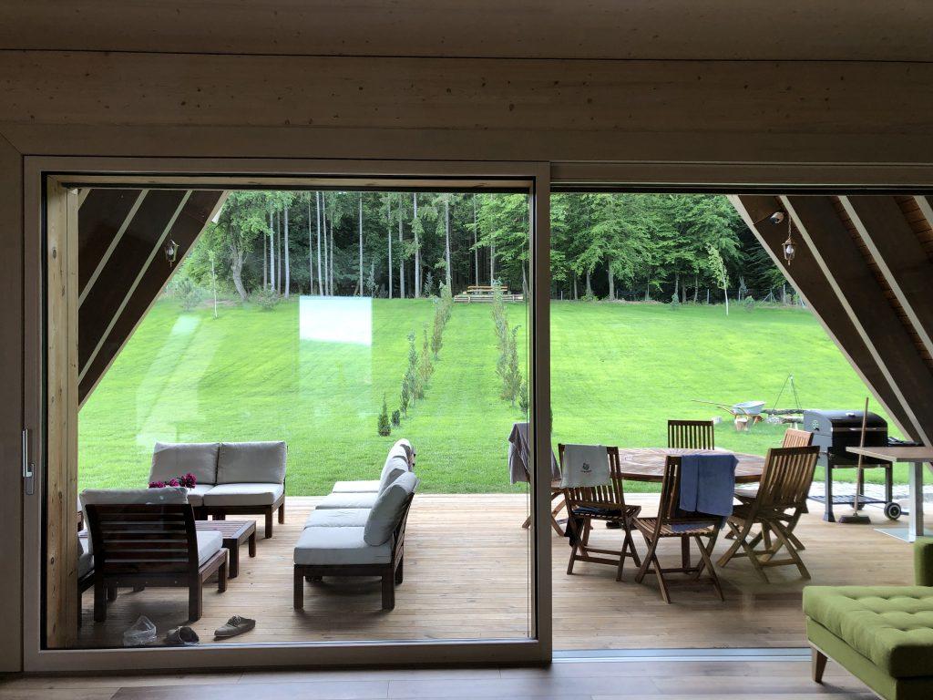 Legătura dintre terasă exterior și interior se face prin ușa glisantă de 5,4 m lățime